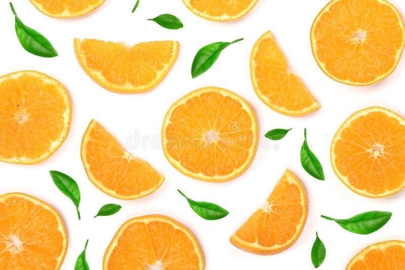 Scheiben der Orange oder der Tangerine mit den Blättern lokalisiert auf weißem Hintergrund Flache Lage, Draufsicht Lokalisiert au stockfotos