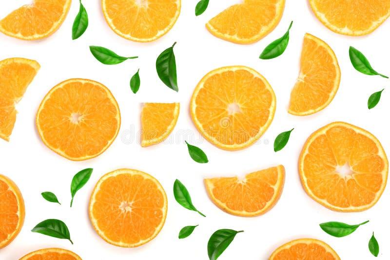 Scheiben der Orange oder der Tangerine verziert mit Grünblättern auf weißem Hintergrund, Draufsicht Lokalisiert auf einem weißen  lizenzfreie stockbilder