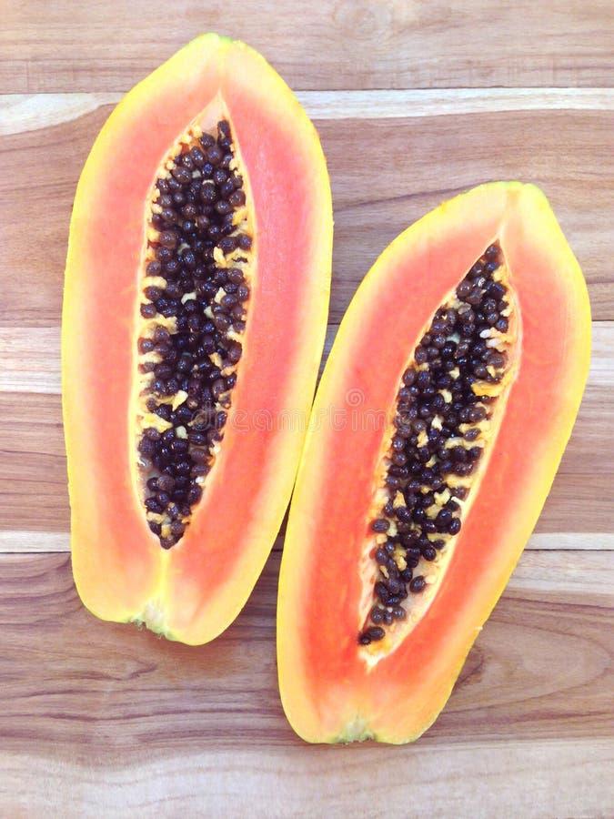 Scheiben der süßen Papaya auf hölzernem lizenzfreies stockbild