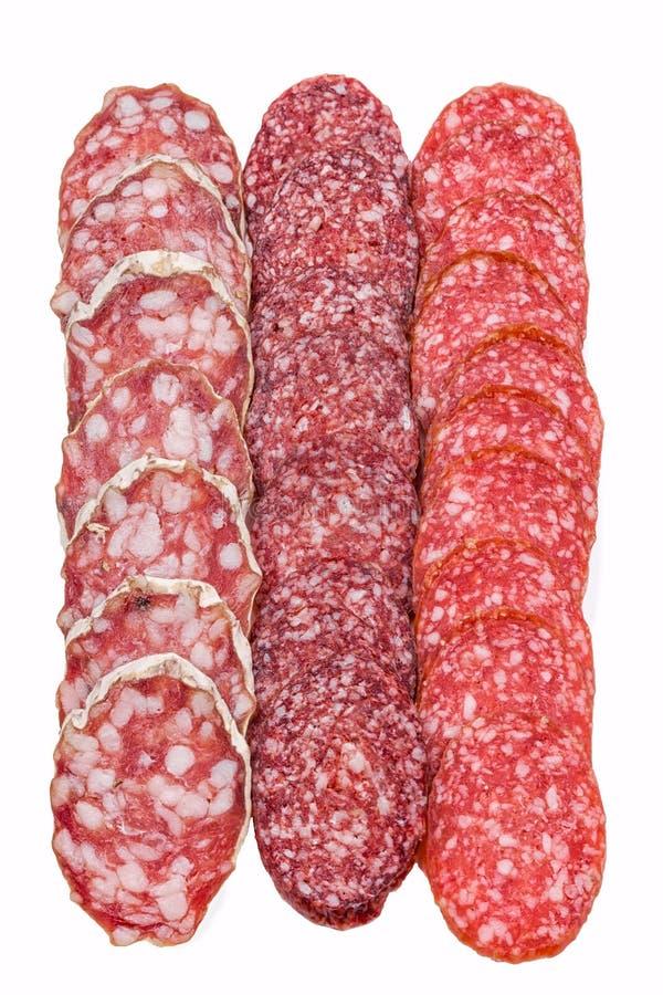 Scheiben der Salami lokalisiert auf Weiß lizenzfreie stockfotos