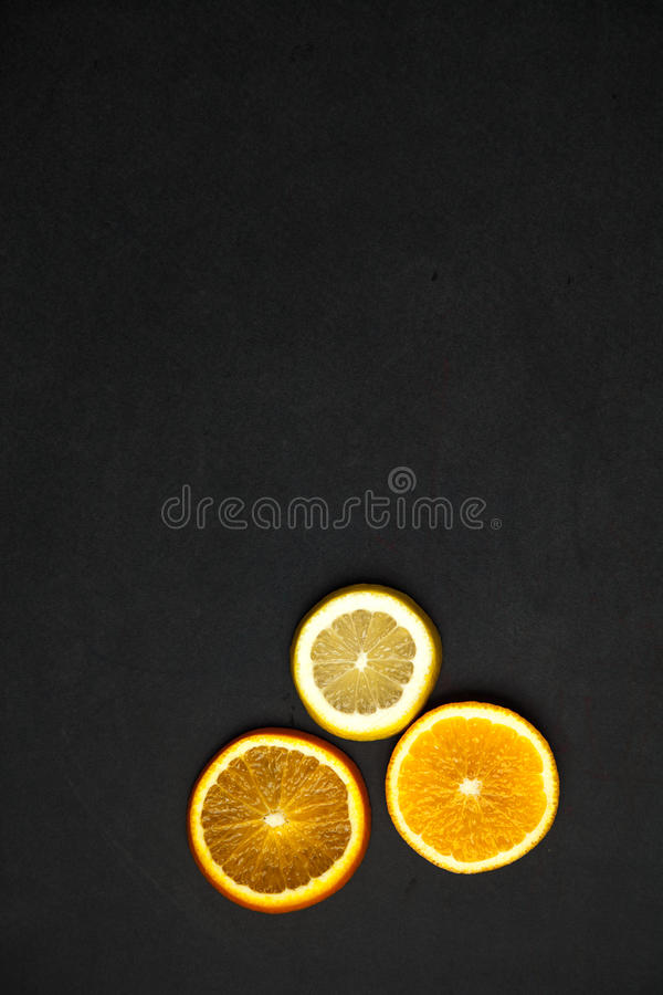 Scheiben der Zitrusfrucht auf einem dunklen Hintergrund lizenzfreie stockfotografie