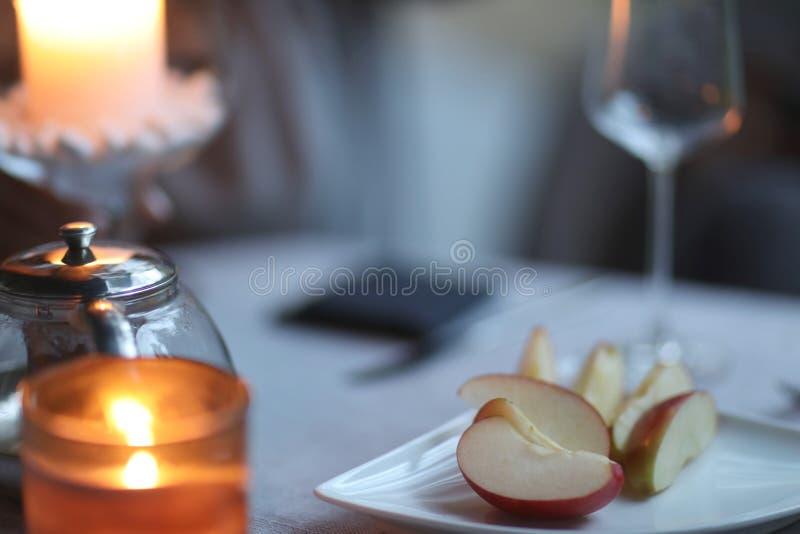 Scheiben des Apfels auf einer Platte auf dem Tisch stockfoto