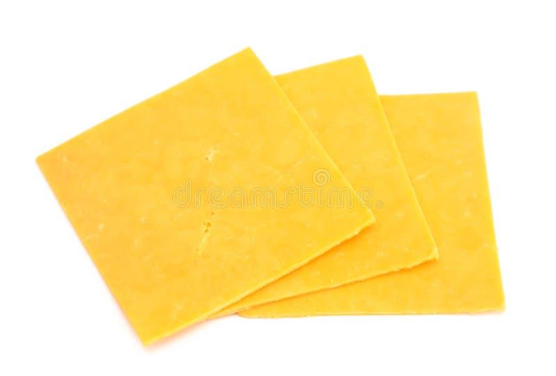 Scheiben des Cheddar-Käses auf einem weißen Hintergrund lizenzfreies stockbild