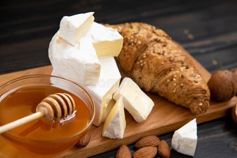 Scheiben des Käsebriekäses oder -camembert mit Hörnchen stockfotografie