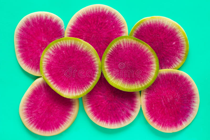 Scheiben des Rettichs mit einer rosa Mitte, auf grüner Nahaufnahme oberseite lizenzfreies stockbild