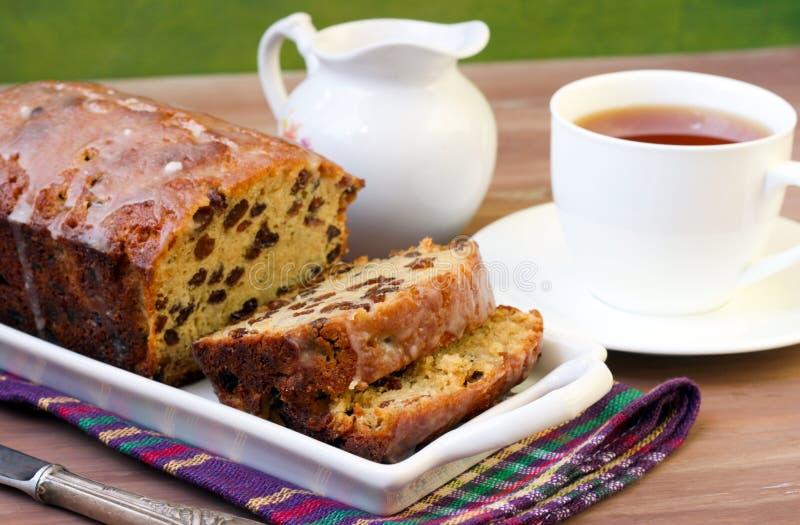 Scheiben des Rosinenlaibkuchens und der Tasse Tee stockfotografie