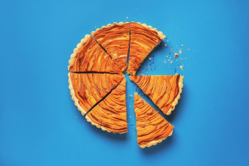 Scheiben des Süßkartoffeltörtchens Torte auf blauem Hintergrund stockfoto