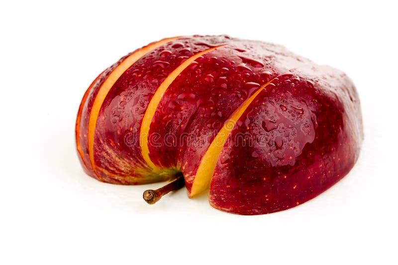 Scheiben des saftigen roten Apfels auf einem weißen Hintergrund stockfotografie