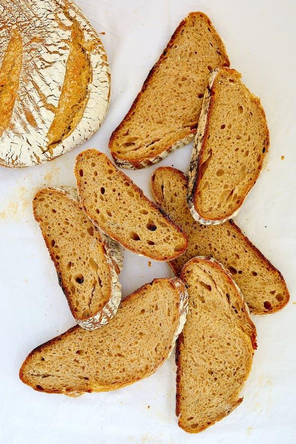 Scheiben des selbst gemachten Brotes des Roggensauerteigs auf weißem Hintergrund lizenzfreie stockfotos
