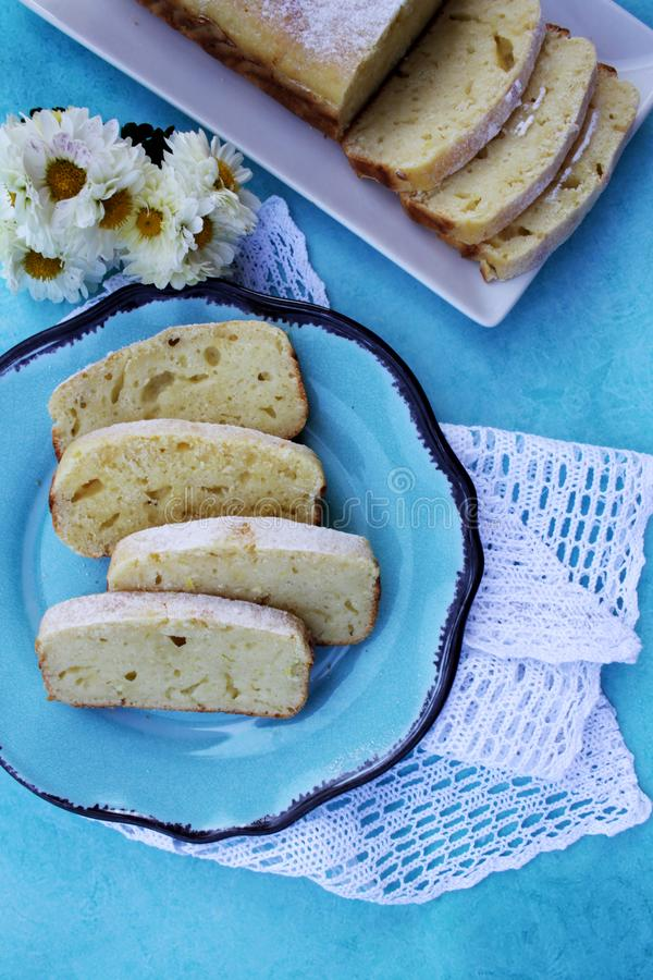 Scheiben des Zitronenpfundkuchens auf einer blauen Platte lizenzfreie stockfotos