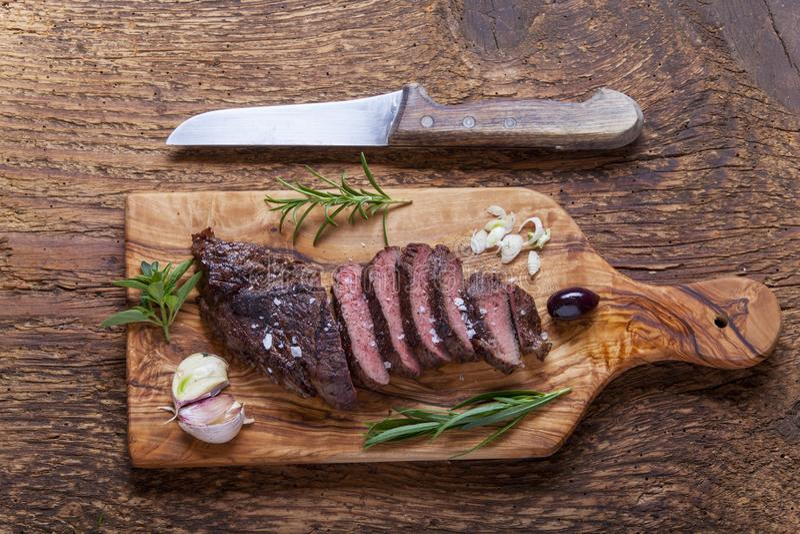 Scheiben eines gegrillten Steaks stockfoto