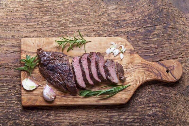 Scheiben eines gegrillten Steaks stockfotos