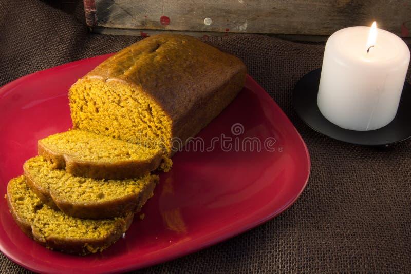 Scheiben und Laib des frisch gebackenen Kürbisbrotes lizenzfreies stockfoto