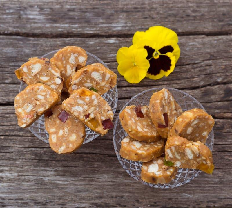 Scheiben von gebackenen Bonbons vom Keksteig mit dem Karamell und N?ssen selbst gemacht stockfotografie