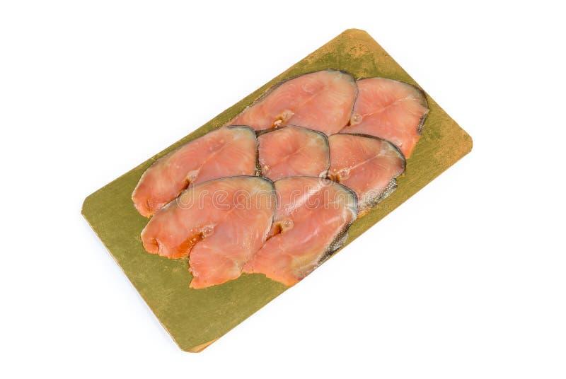 Scheiben von geräucherten rosa Lachsen auf dem lamellierten Nahrungsmittelsubstrat lizenzfreie stockfotografie
