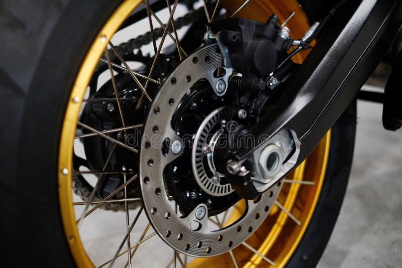 Scheibenbremse mit Radnabe auf einem Motorrad Abschluss herauf hintere Scheibenbremse auf einem Motorrad Autopflege und Wartungsk stockfoto