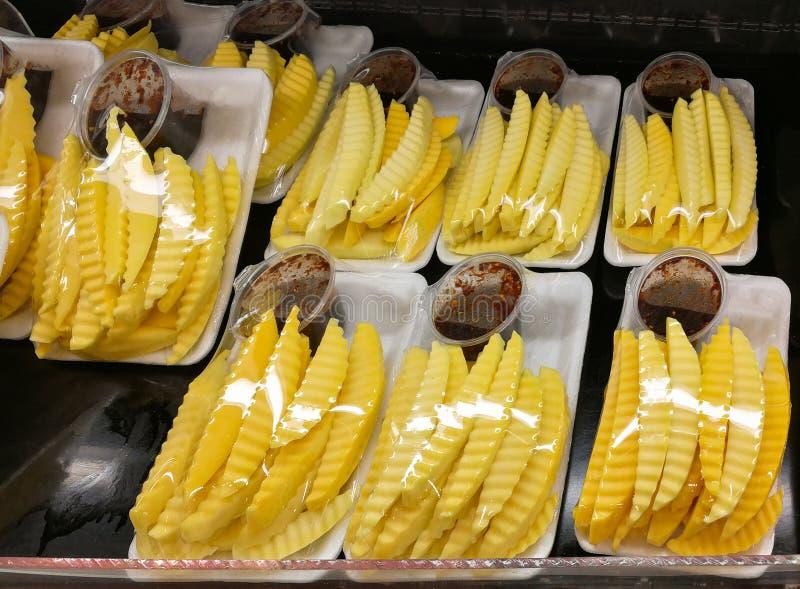 Scheibenmangofrucht in der Kunststoffschale für Verkauf im Markt stockbilder