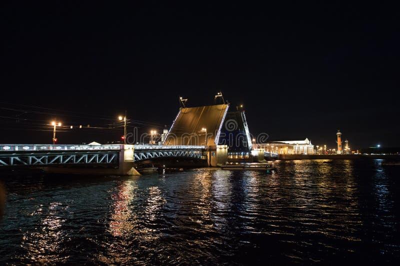 Scheiden Sie die Nachtbrücke in St Petersburg lizenzfreie stockfotos
