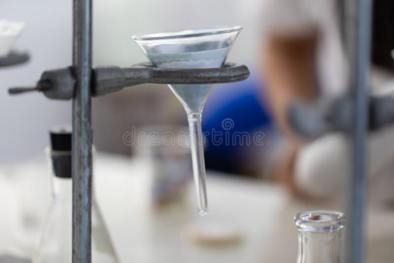 Scheidend door filtratie en verdampingscondensatie de componentensubstanties van vloeibaar mengsel in Laboratorium royalty-vrije stock afbeeldingen