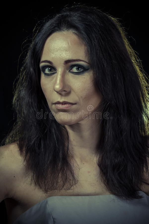 Scheiding, droevige donkerbruine vrouw met lang haar en avondtoga stock afbeeldingen