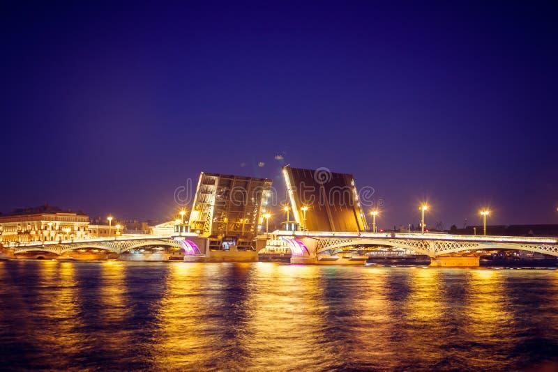 Scheiding van bruggen in St. Petersburg Nachtstad van Rusland De rivier Neva stock afbeelding