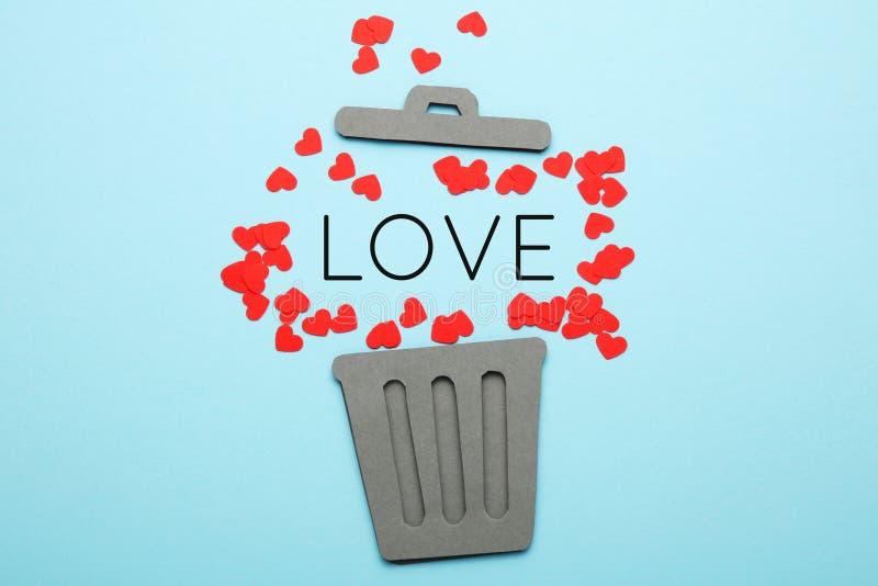 Scheiding van paar, rode harten in vuilnisbak Liefde en haat, scheiding stock foto's