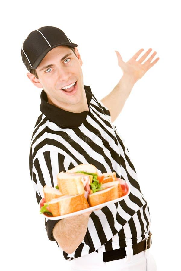 Scheidsrechter: Holdingsplaat van Sandwiches stock afbeelding