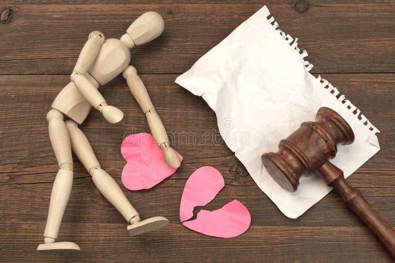 Scheidungs-Konzept im Gericht Hammer, Gesetzbuch, beurteilt Hammer lizenzfreie stockfotografie