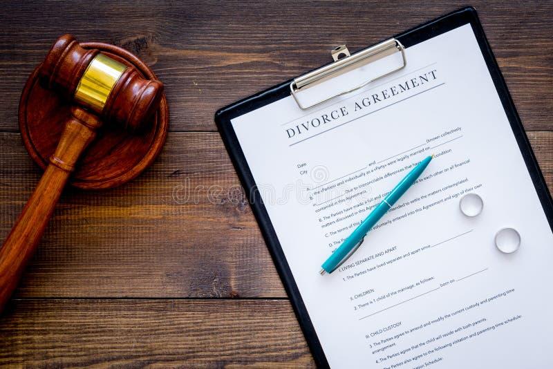 Scheidungsgerichtfall Scheiden Sie Vereinbarung nahe Eheringen und Richterhammer auf dunklem hölzernem Draufsicht-Kopienraum des  lizenzfreie stockbilder