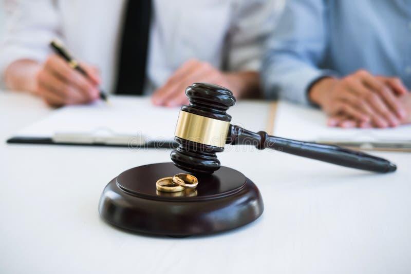 Scheidungsurteilauflösung oder Annullierung der Heirat, des Ehemanns und der Frau während des Scheidungsprozesses mit Rechtsanwal lizenzfreies stockfoto