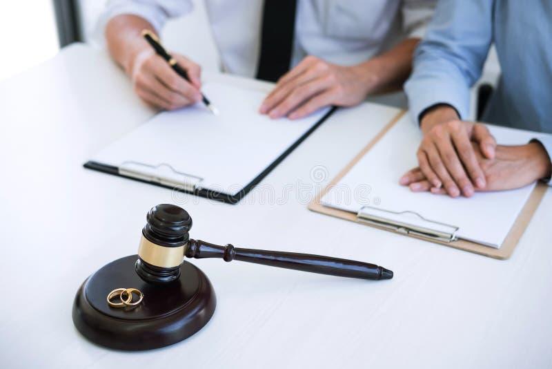 Scheidungsurteilauflösung oder Annullierung der Heirat, des Ehemanns und der Frau während des Scheidungsprozesses mit Rechtsanwal lizenzfreie stockbilder