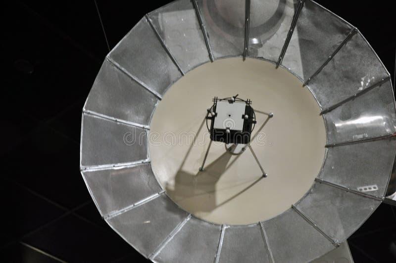 Schein oben vom Fernmeldesatelliten im Museum von Astronautik stockbild