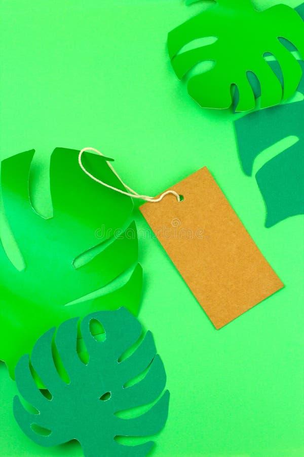 Scheinbarer hoher Aufkleber und tropischer monstera Papierschnitt verlässt Sommerschlussverkaufkonzept stockbild