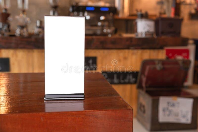 Scheinbarer hoher Men?rahmen im Barrestaurant, Stand f?r Brosch?ren mit wei?en Bl?ttern Papier Acrylzeltkarte auf Holztisch lizenzfreie stockbilder