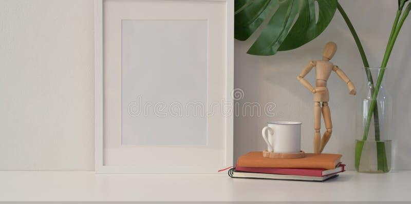 Scheinbarer hoher Rahmen auf weißer Wand in der minimalen Art lizenzfreie stockfotos