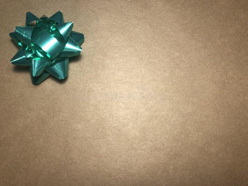 Scheinmeldungsbereich mit Verzierung als grünem hellem Stern, Briefpapier oder Rahmen auf dunklem und hellbraunem Hintergrund lizenzfreie stockbilder