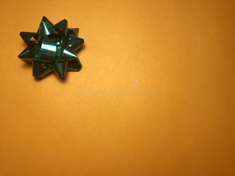 Scheinmeldungsbereich mit Verzierung als grünem hellem Stern, Briefpapier oder Rahmen auf dunklem und hellorangeem Hintergrund lizenzfreie stockfotografie