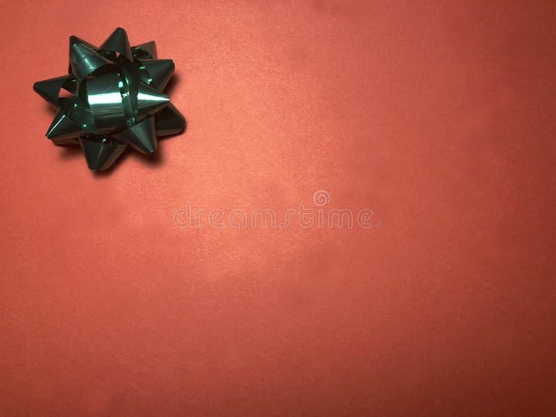 Scheinmeldungsbereich mit Verzierung als grünem hellem Stern, Briefpapier oder Rahmen auf dunklem und hellrotem Hintergrund stockfotos