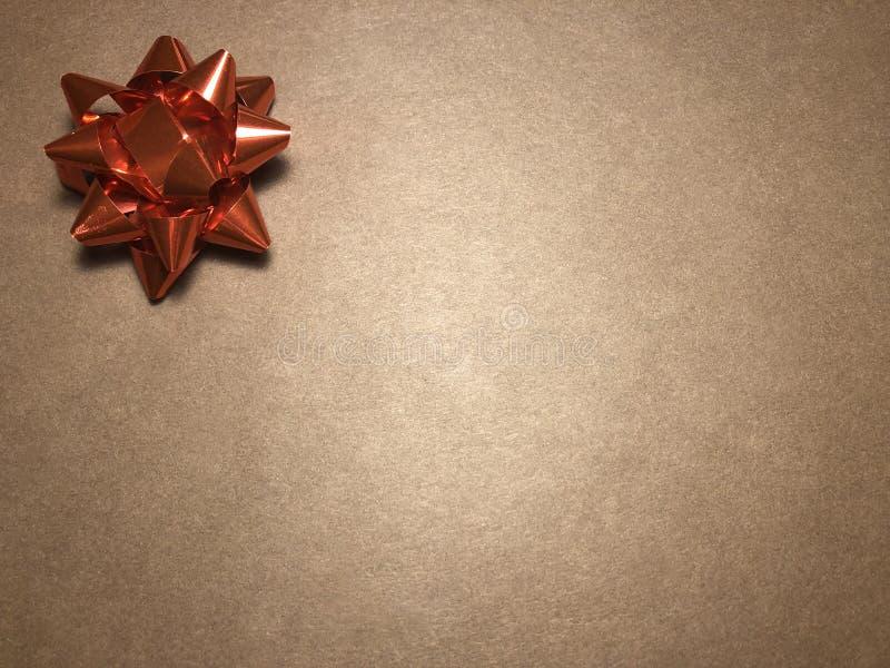 Scheinmeldungsbereich mit Verzierung als rotem hellem Stern, Briefpapier oder Rahmen auf dunklem und hellbraunem Hintergrund lizenzfreie stockbilder