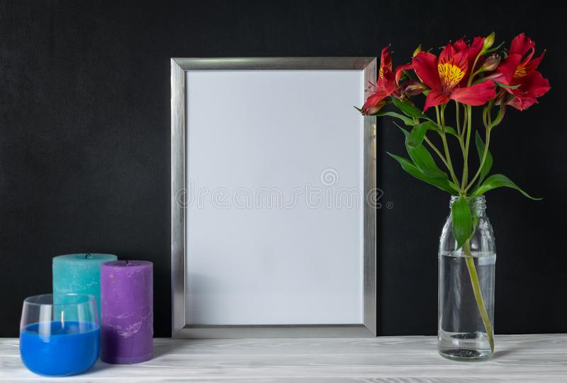 Scheinoben weißer Rahmen mit Kerzen und Alstroemeriablumen kopieren Raum für Text stockfotografie