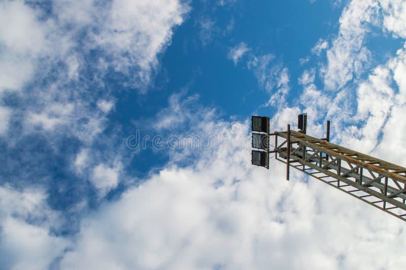 Scheinwerfer auf Hintergrund des blauen Himmels stockfotografie