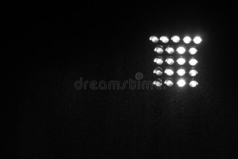 Scheinwerfer des Fußball- oder Fußballstadions mit Regen nachts stockbild