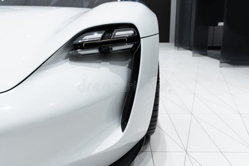 Scheinwerfer des modernen prestigevollen Autoabschlusses oben lizenzfreies stockbild