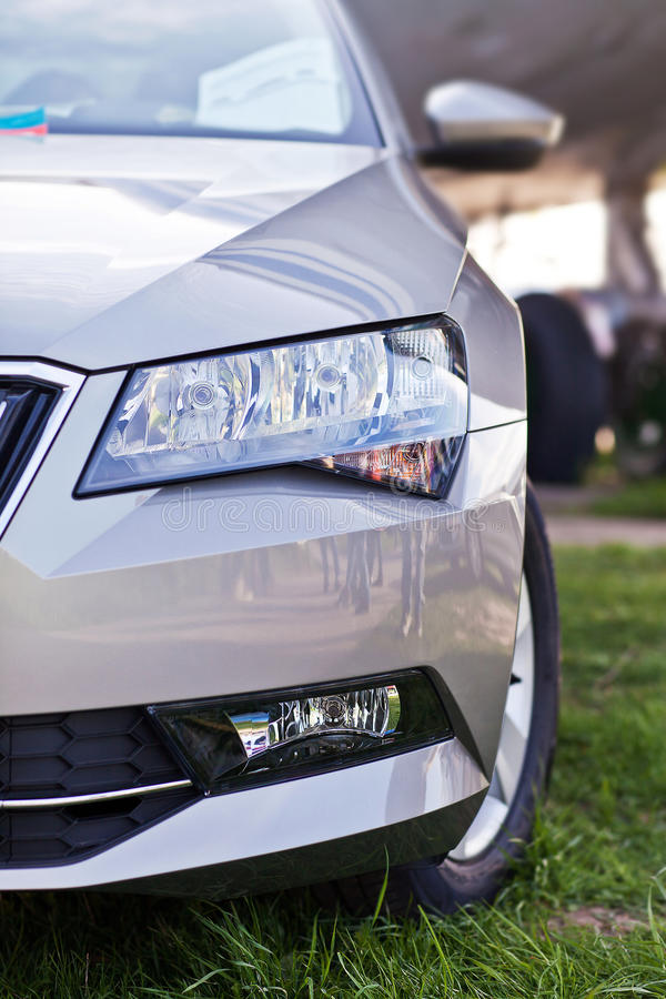 Scheinwerfer des neuen modernen europäischen Autos stockfotos