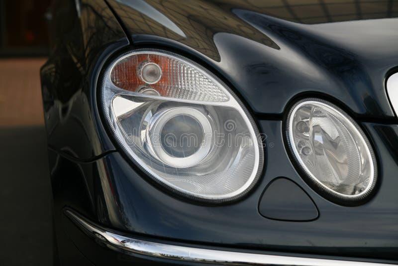 Scheinwerfer des teuren Autos stockfotos