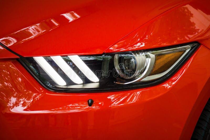 Scheinwerfer einer Jahrestags-Ausgabe Ponyauto Ford Mustangs 50. lizenzfreies stockbild