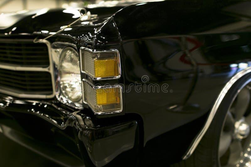 Scheinwerfer eines schwarzen klassischen Retro- amerikanischen Autos Die vorderen Lichter des Autos und des Leichtmetallrads Klas stockbilder
