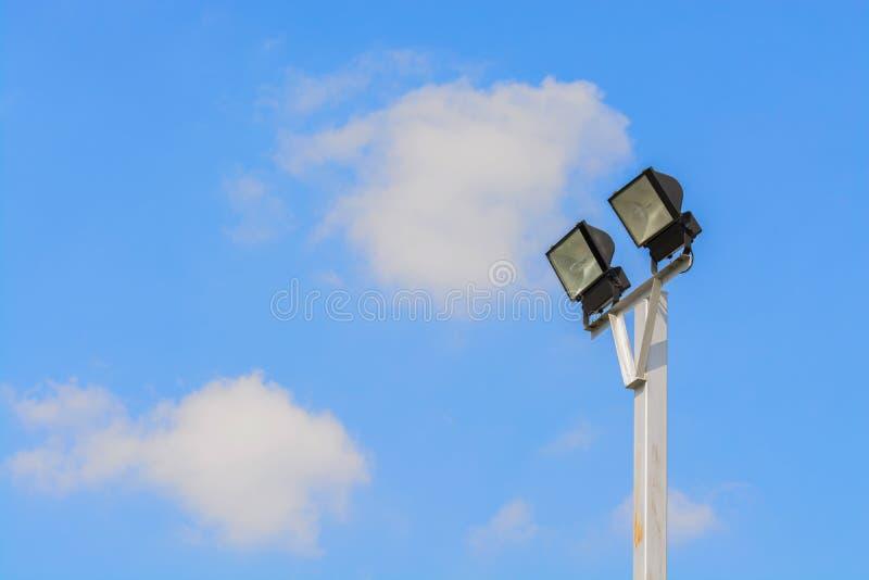 Scheinwerfer im blauen Himmel mit Wolken lizenzfreie stockfotografie