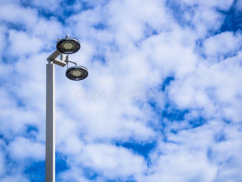 Scheinwerfer mit blauem Himmel stockfotografie