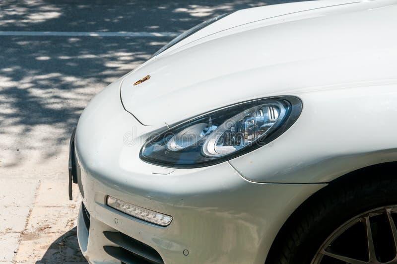 Scheinwerfer und Vorderteil der Haube des weißen Autos Porsches Panamera parkten auf der Straße lizenzfreie stockfotografie